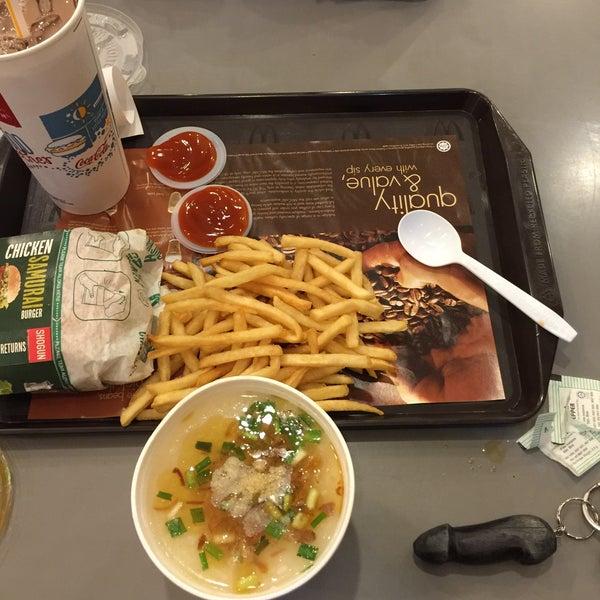Photo taken at McDonald's by Peter Jr J. on 12/12/2015