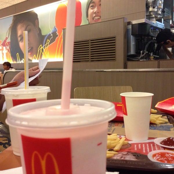 Photo taken at McDonald's / McCafé by bigzull on 10/30/2014
