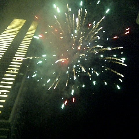 Photo taken at Bundaran Hotel Indonesia (Monumen Selamat Datang) by Yudho P. on 12/31/2012