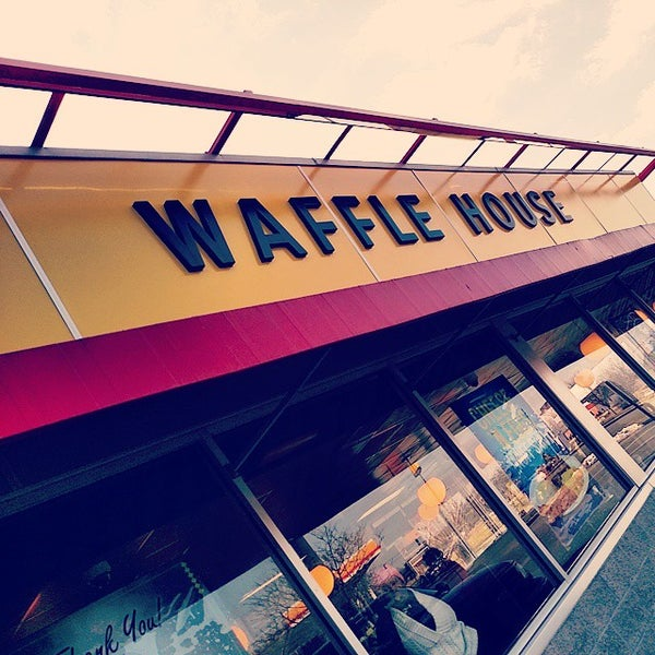 Photo taken at Waffle House by Vyvyan S. on 1/16/2015
