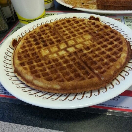 Photo taken at Waffle House by Dorian W. on 1/5/2013