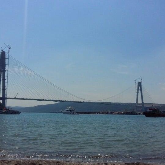 Köprü manzaralı sahil. Haftasonu güneşlenmek için ideal