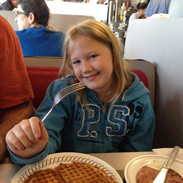 Photo taken at Waffle House by Crystal R. on 9/21/2013