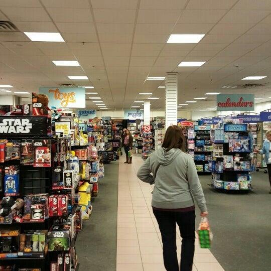 Photo taken at Oakwood Mall by Yuri H. on 12/13/2015