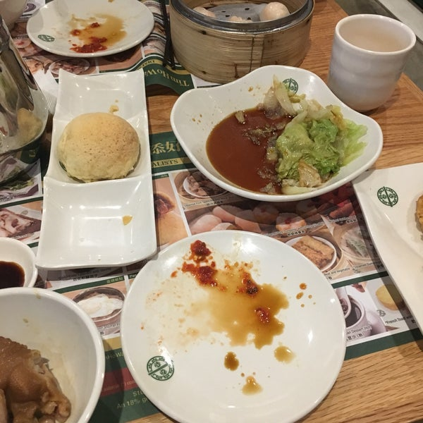 Photo taken at Tim Ho Wan by Sarit W. on 12/26/2016