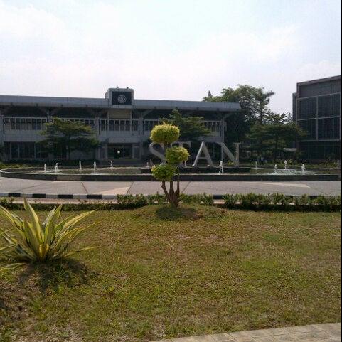 Photo taken at Sekolah Tinggi Akuntansi Negara (STAN) by Vanya J. on 7/8/2013