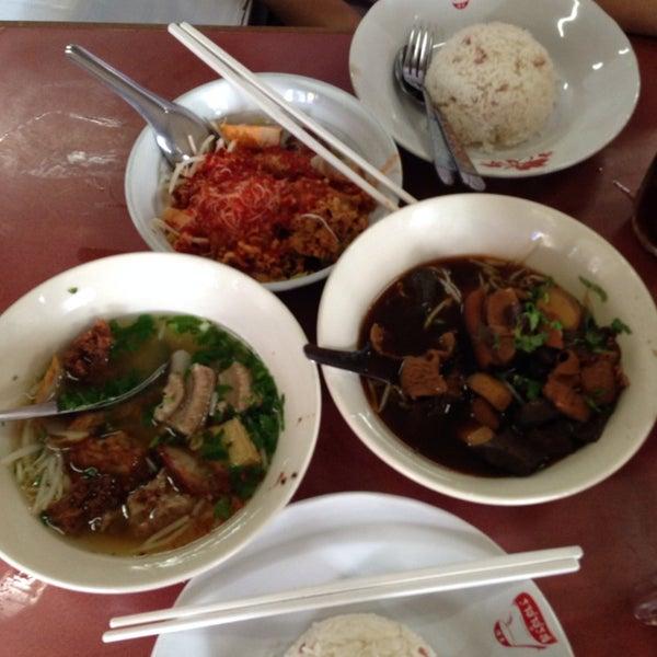 Photo taken at ร้านยกเข่ง (โล่งโต้ง) by Sura Sake L. on 8/21/2014