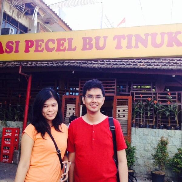 Photo taken at Nasi Pecel Bu Tinuk by Devry J. on 9/20/2014