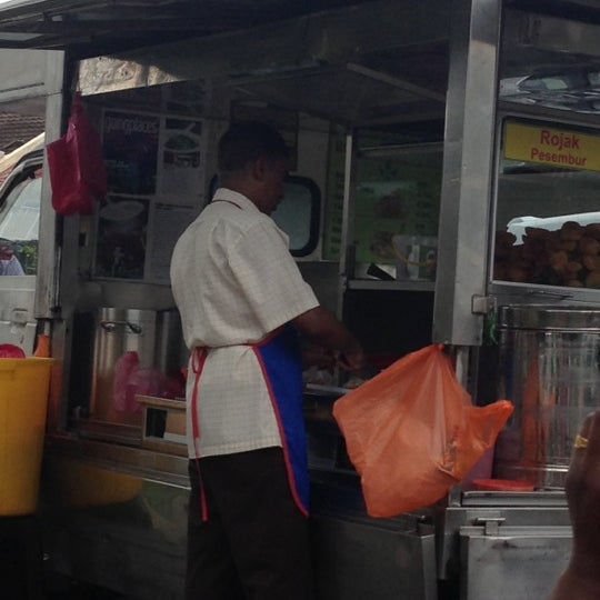Photo taken at Cendol & Rojak Taman Bahagia by Anfaal 🌹 R. on 12/17/2012