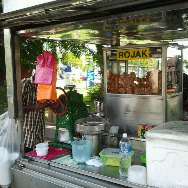 Photo taken at Cendol & Rojak Taman Bahagia by Amy Z. on 5/20/2013
