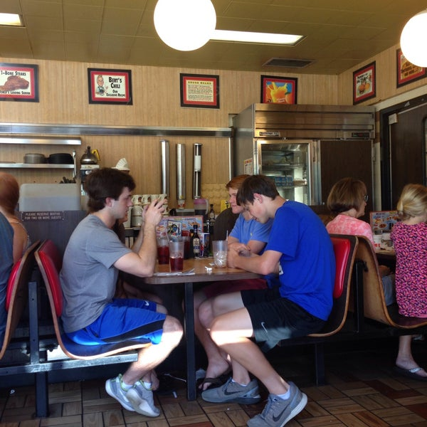 Photo taken at Waffle House by Pungpond on 5/29/2016
