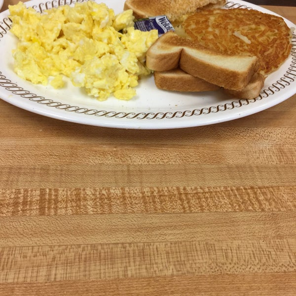 Photo taken at Waffle House by Pablo A. on 7/31/2015