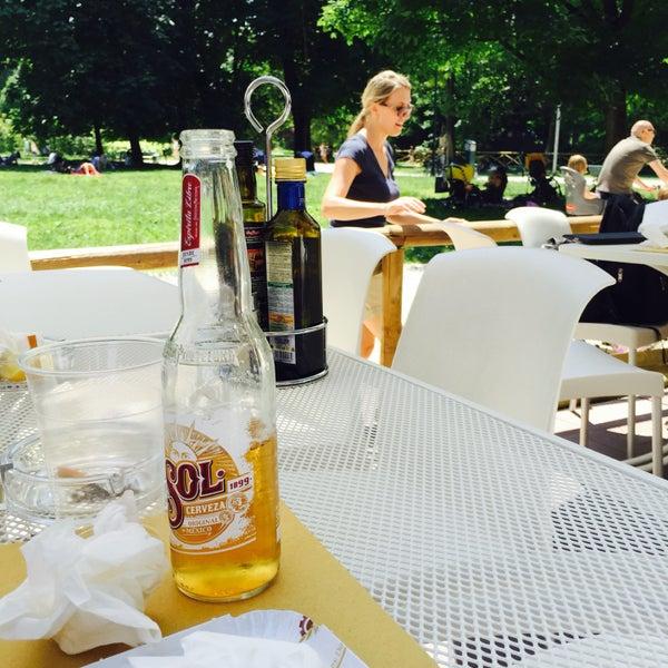 Chalet all'aperto all'interno del parco Sempione. Panini e primi nella norma. Location eccellente. Un paio di Sol ci stanno tutte. 🍸🍸