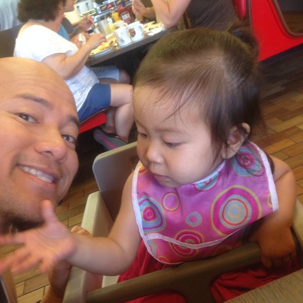 Photo taken at Waffle House by Virgilio C. R. on 9/2/2014