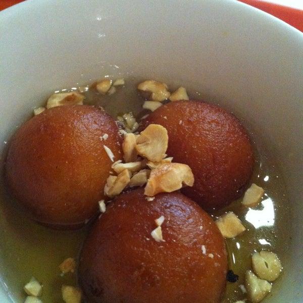 O atendimento lento para fast food é compensado pelo sabor maravilhoso dos pratos! Experimente o Gulab Jamum de sobremesa. Incrível!!