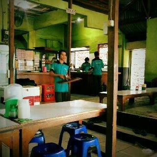 Photo taken at Warung Penyet Lesehan Mas Pur 3 by Deta T. on 2/20/2013