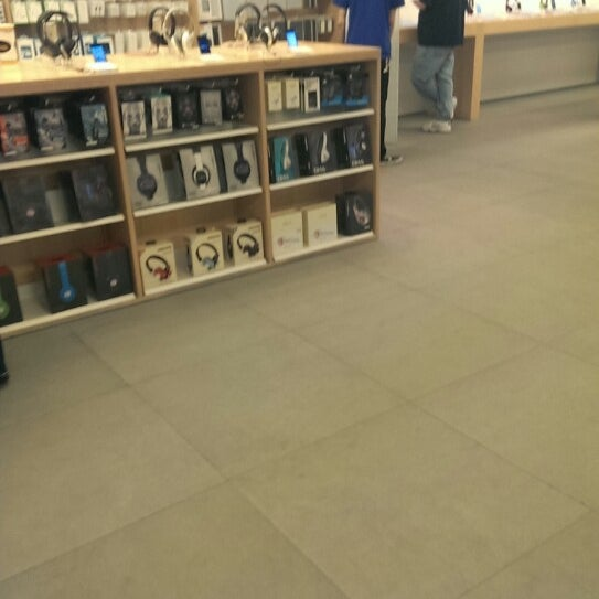 Photo taken at Apple Store, La Cantera by yahya n. on 5/5/2013