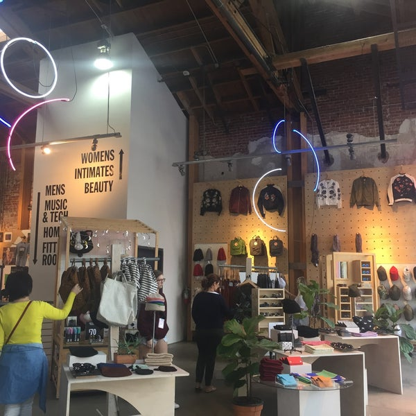 Photo taken at Urban Outfitters by Fabiola M. on 10/13/2016