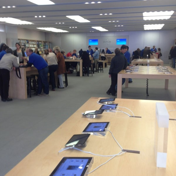 Photo taken at Apple Store, La Cantera by José Rodrigo I. on 1/14/2013