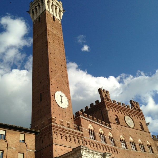 Photo taken at Piazza del Campo by Venisse Carolina C. on 4/21/2013