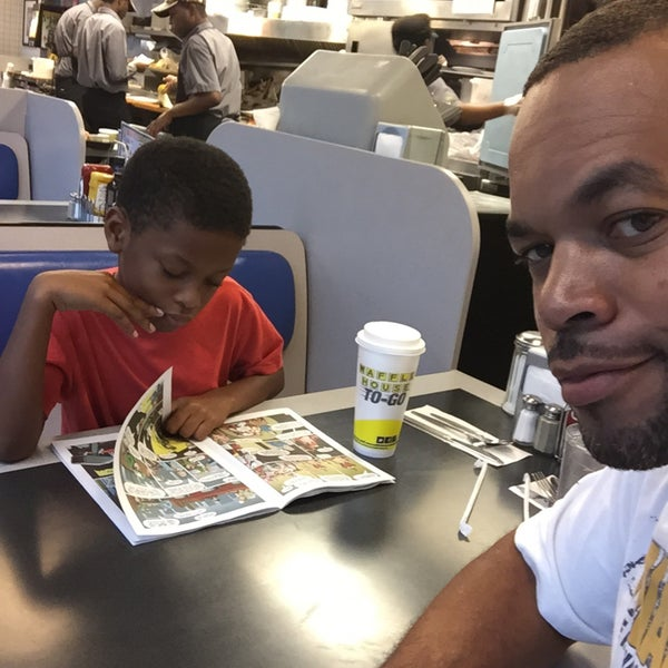 Photo taken at Waffle House by dj LV follow me @iknowdjlv on 8/23/2015