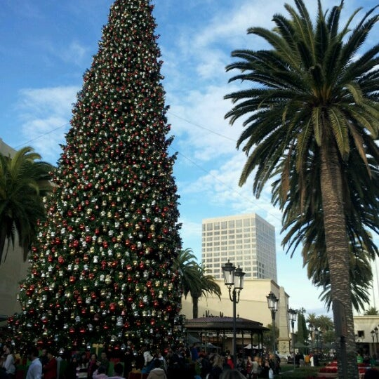 Photo taken at Fashion Island by Tomi on 12/23/2012