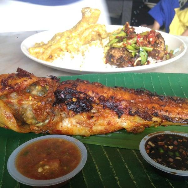 Photo taken at Restoran Sambal Hijau by Azrin R. on 2/15/2013