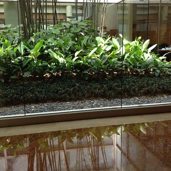 Photo taken at The Ritz-Carlton, Millenia Singapore by Hashim on 3/9/2013