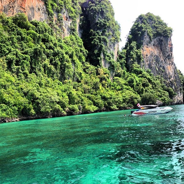 Photo taken at เกาะพีพีดอน (Koh Phi Phi Don) by Faisal A. on 5/24/2013