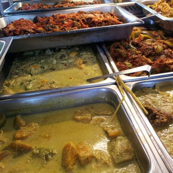 Photo taken at Restoran Sambal Hijau by Iman R. on 4/15/2013