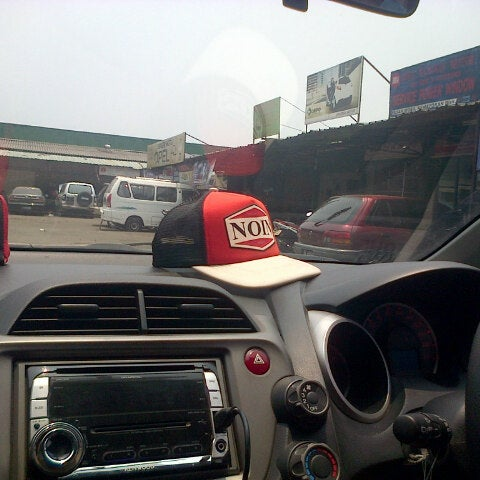 Photo taken at Pasar Mobil Kemayoran by Widiani A. on 9/27/2013