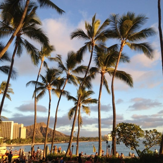 Photo taken at Duke's Waikiki by Correy on 10/11/2012