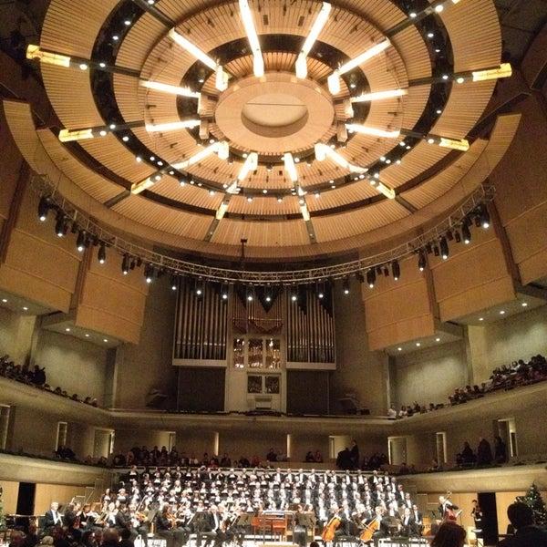 Снимок сделан в Roy Thomson Hall пользователем Ray 12/23/2012