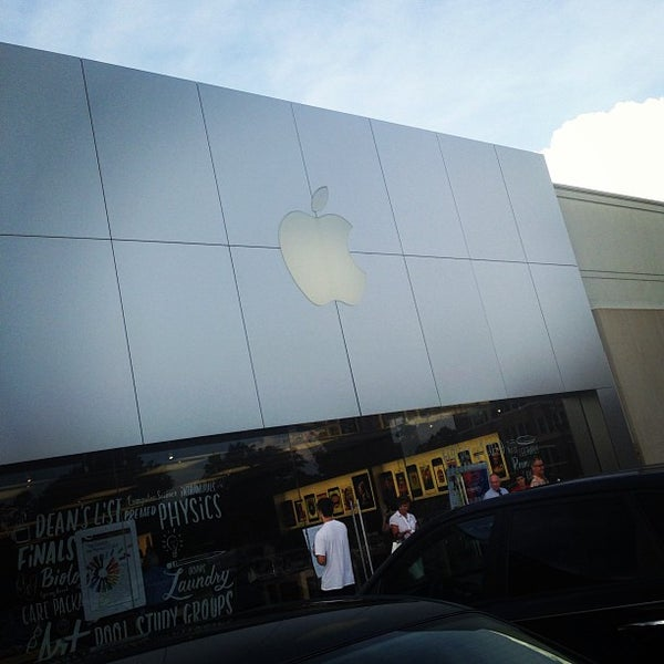 Photo taken at Apple Friendly Center by 🌟✨🌟 Ebony . on 7/8/2013