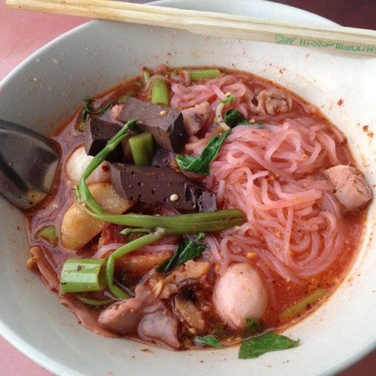 Photo taken at ก๋วยเตี๋ยว ลุงยวง by 🐩ッ。。J o€ j a 。。ッ🐾 on 11/26/2012