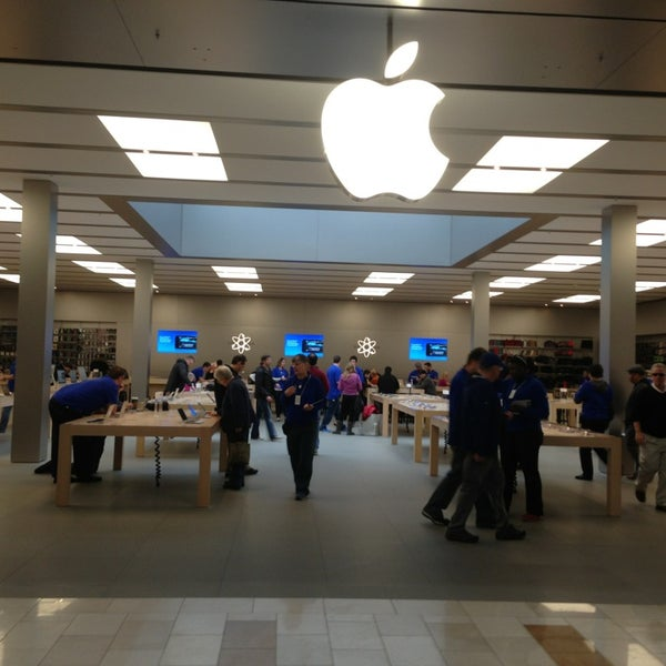 Photo taken at Apple Bellevue Square by Shiva on 2/13/2013