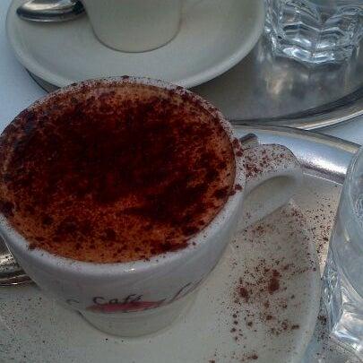Buenisimos el cafe Blanco y Negro y el cappuccino!! Me encanta esta cafetería, además, los helados valen 1€!!!!