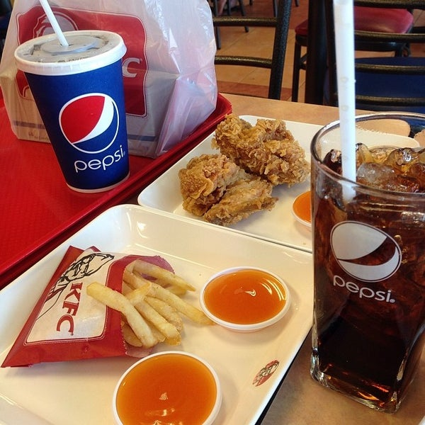 Photo taken at KFC (เคเอฟซี) by ArtKung P. on 4/17/2014