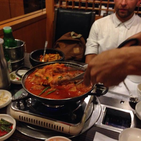 Огромные порции, рассчитанные скорее на двоих. К ним есплатно подают несколько мисочек с разными корейскими штучками попробовать. Некоторые блюда готовят при госте на барбекю прямо на его столе
