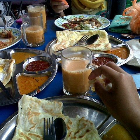 Photo taken at Nasi Lemak 'u' by Zakiah K. on 10/20/2012