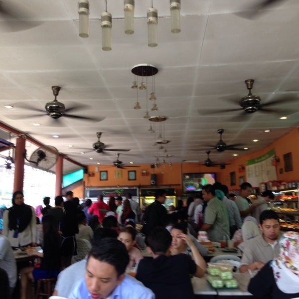 Photo taken at Restoran Sambal Hijau by Shazril Helmi S. on 12/19/2013