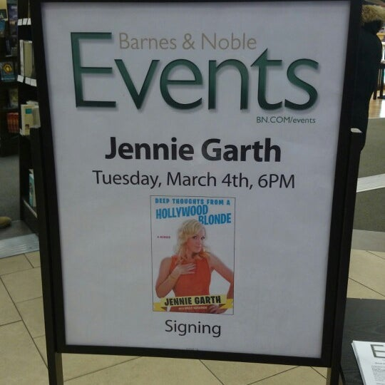 Photo taken at Barnes & Noble by Dondi H. on 3/4/2014
