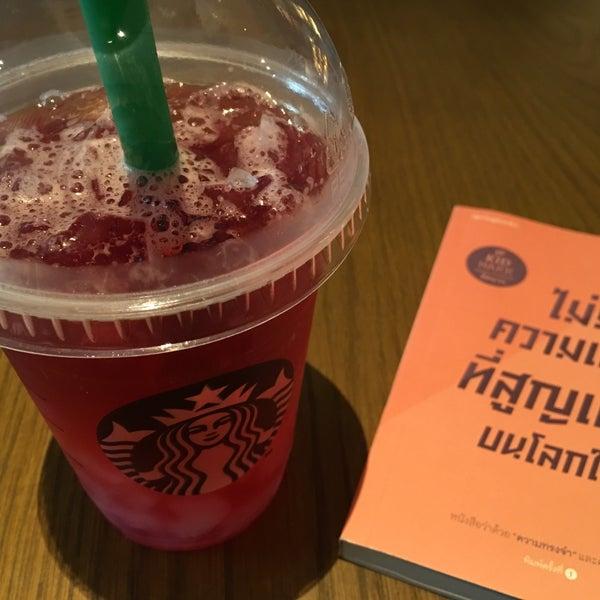 Photo taken at Starbucks by kwanggg L. on 10/24/2016