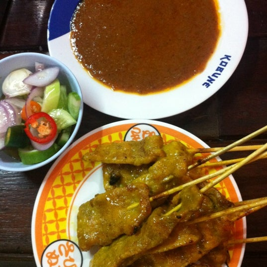Photo taken at หมูสะเต๊ะแม่กำไร by ปลายฟ้า N. on 8/15/2012