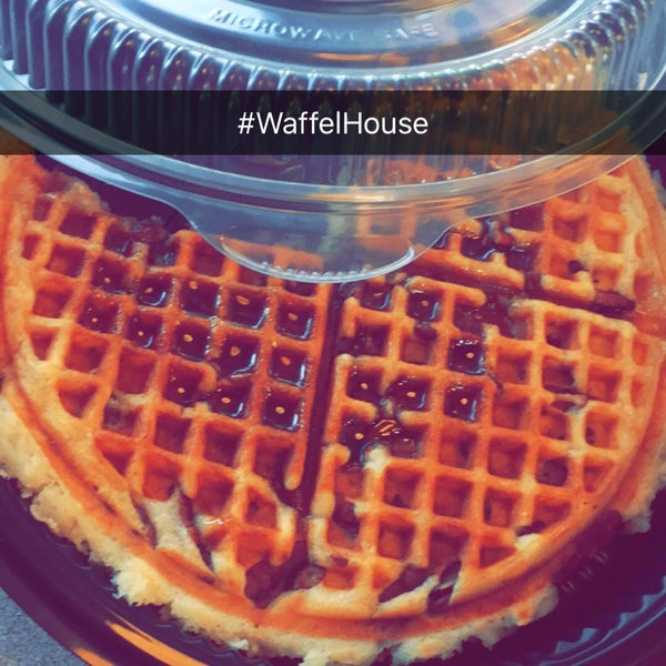 Photo taken at Waffle House by Lisa🌻 A. on 10/18/2015