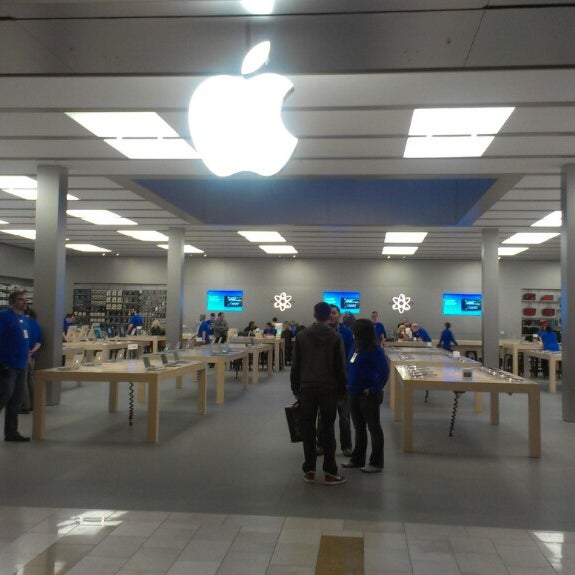 Photo taken at Apple Bellevue Square by Michael H. on 3/13/2013