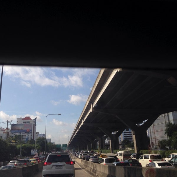 Photo taken at แยกสุทธิสาร (Sutthisan Intersection) by YoNgYeE on 9/25/2013