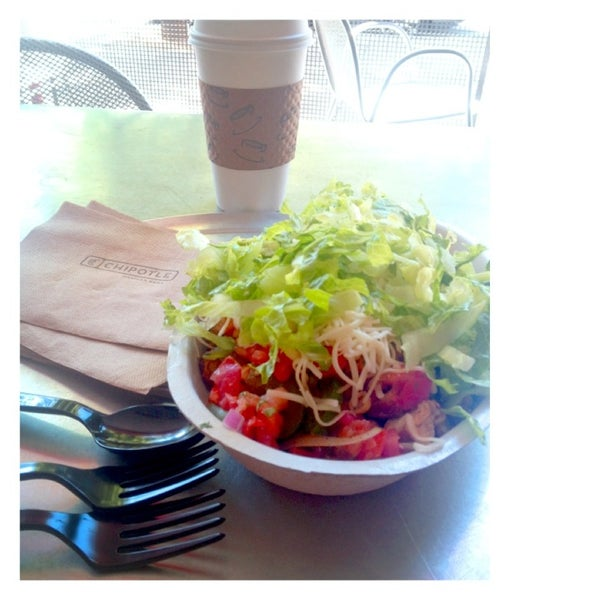 Photo taken at Chipotle Mexican Grill by mommam t. on 8/24/2013