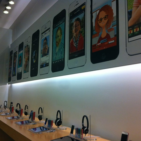 Photo taken at Apple Store, La Cantera by Monse G. on 8/2/2013