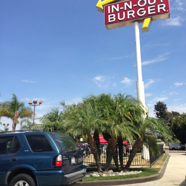 Photo taken at In-N-Out Burger by Anh S. on 8/29/2013